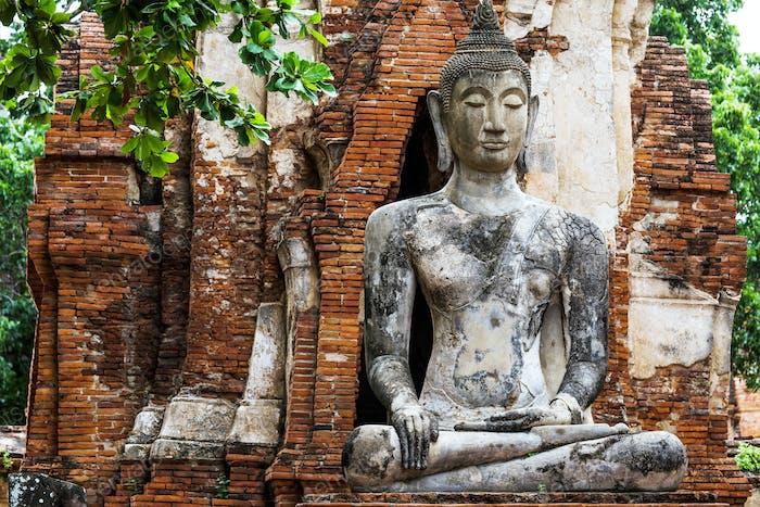 Templo antiguo con ruinas de Buda