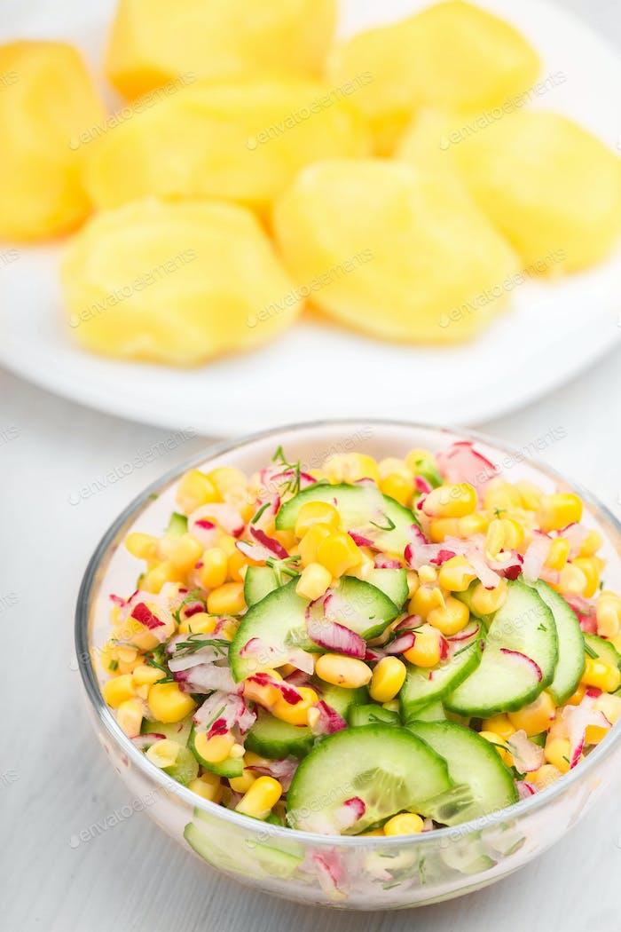 Essen Gemüsesalat mit Mais und Gurken gesunde grüne Mahlzeit