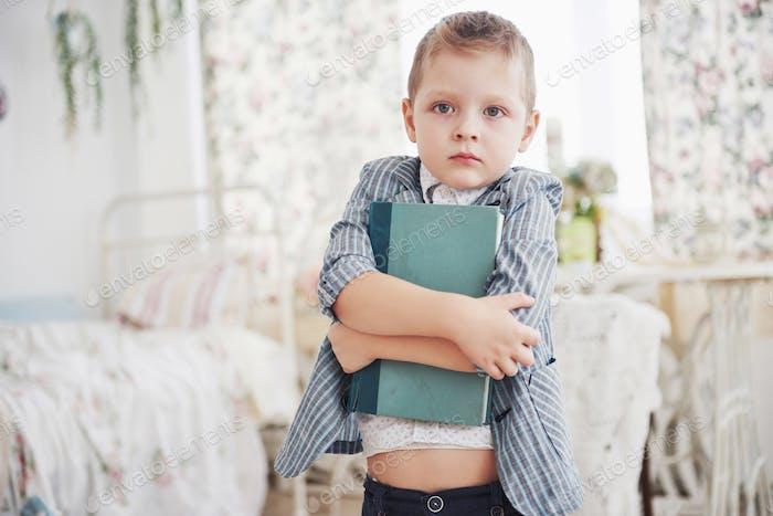 Hausaufgaben- und Schulkonzept. Trauriger Junge in Schuljacke
