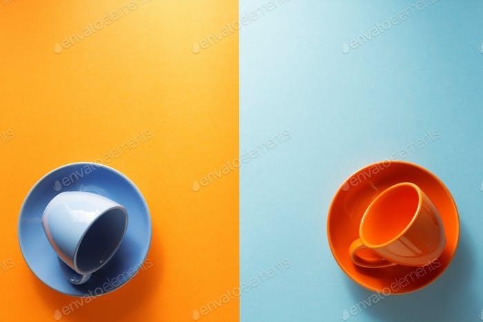 leere Tasse auf buntem Hintergrund