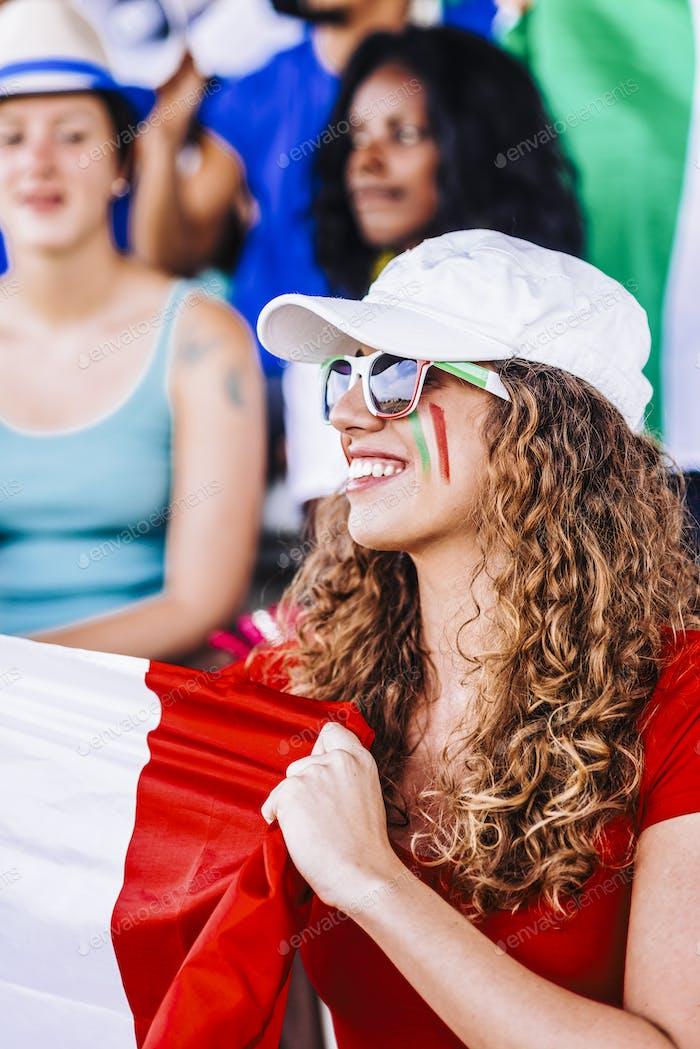 Unterstützer aus Italien im Stadion beobachten das Spiel