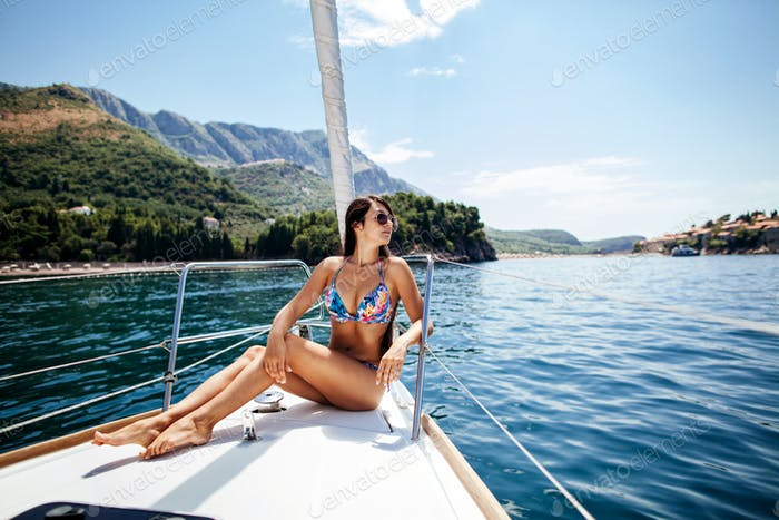 sexy Mädchen in Bademode auf yacht in Tropen