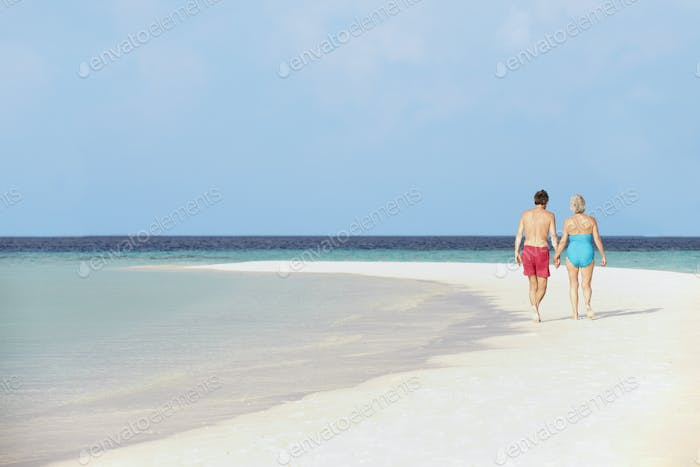 Rückansicht von Senior Romantisches Paar Walking In Tropical Sea
