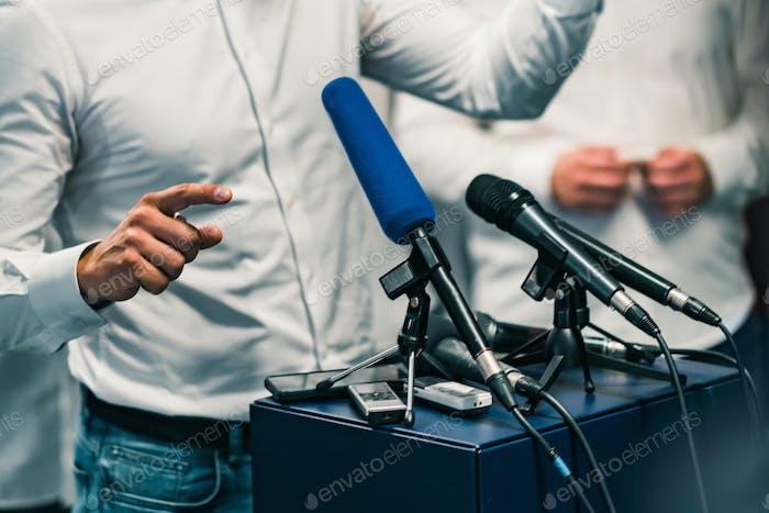 Geschäftsmann während der Pressekonferenz