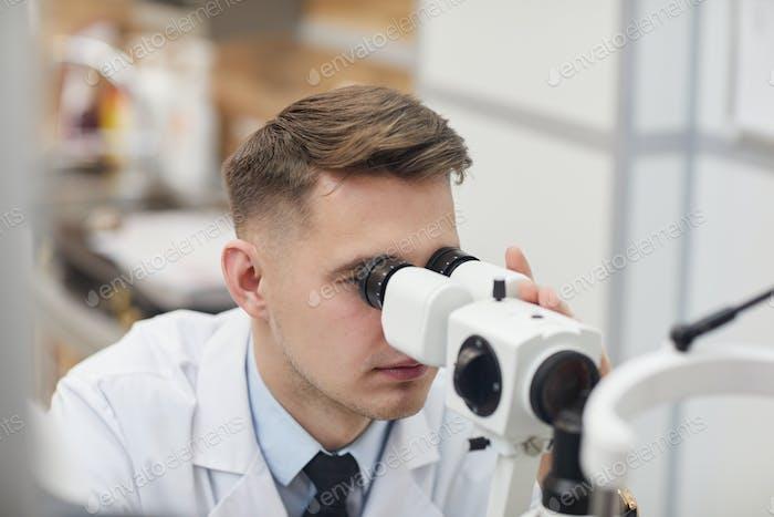 Männliche Augenarzt mit Vision Test Equpment