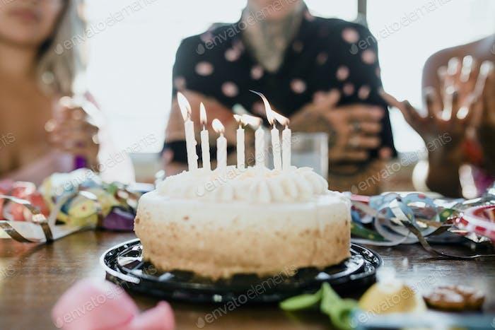 Den Geburtstagskuchen hochbringen