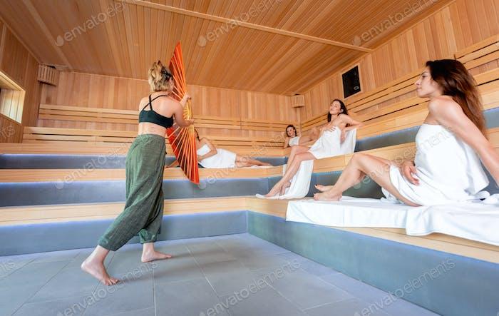Saunaberitual durchgeführt von einem Meister für Personengruppe