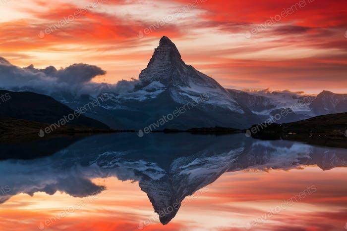 Matterhorn spiegeln sich im Stellisee See in Zermatt, Schweiz