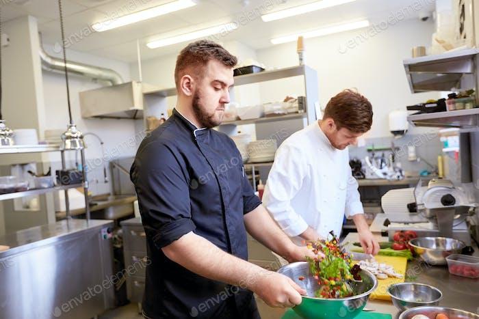 Koch und Koch Kochen Essen in der Restaurant-Küche
