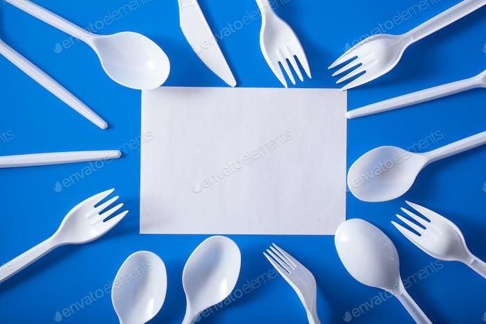 Horquillas de plástico de un solo uso, cucharas. concepto de reciclaje de plástico, residuos de plástico