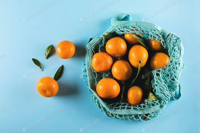 Reife Mandarine Mandarine im Baumwollbeutel. Null-Abfall-Konzept
