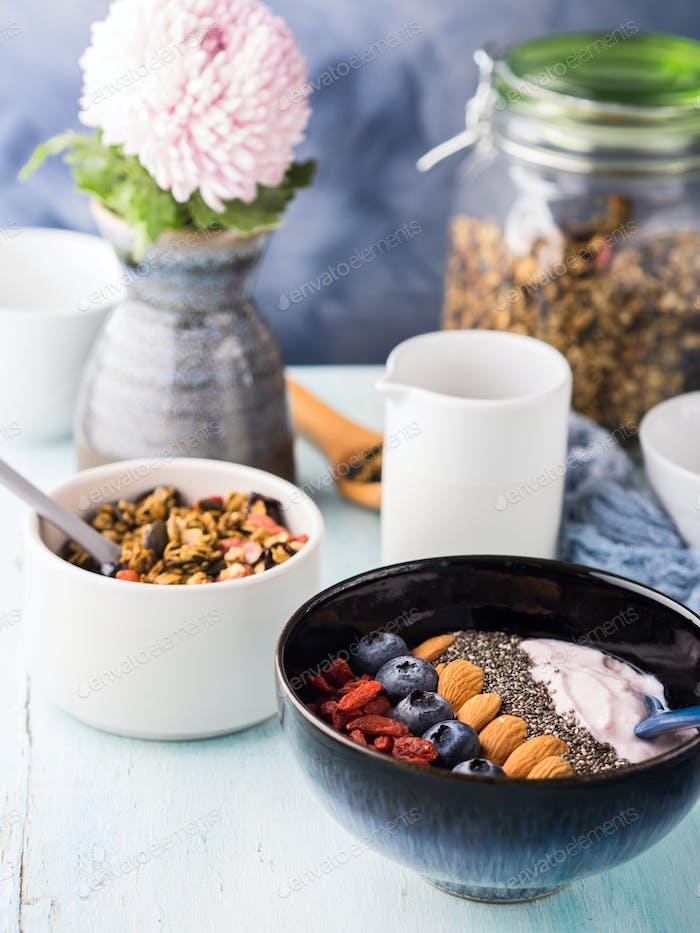 Joghurt Smoothie Schüssel mit Beeren, Chia, Müsli