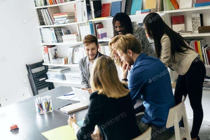Brainstorming durch eine Gruppe von Menschen