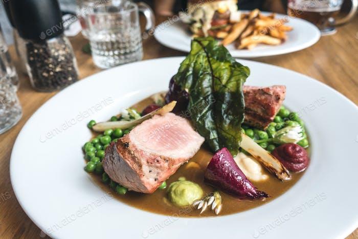 Schweinefleischfilet Steak mit Gemüse und Soße