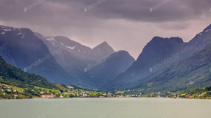Vista del pueblo de Olden en el valle glaciar Briksdalsbreen