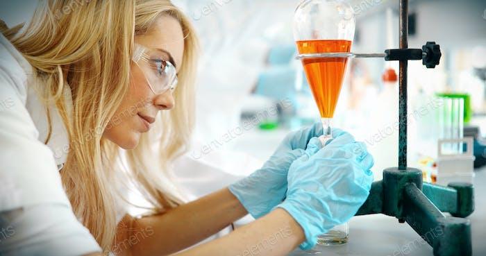 Attraktive Studentin der Chemie im Labor