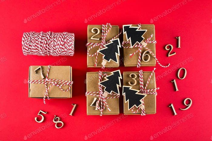 Vorbereitung des Adventskalenders. Adventskalender Weihnachtskalender Verpackte Geschenke. Draufsicht, flach
