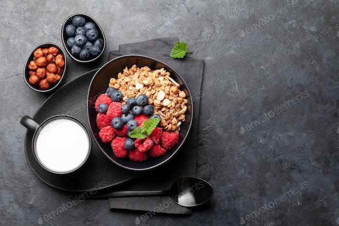 Gesundes Frühstück mit Müsli, Joghurt und Beeren