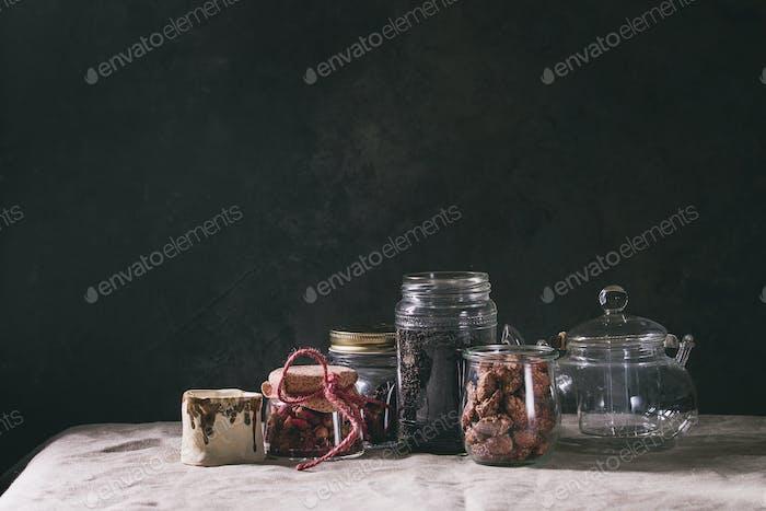 Schwarzer Tee im Glas