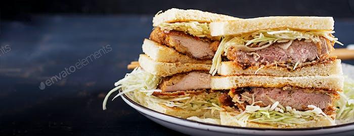 Katsu Sando - Food Trend japanisches Sandwich mit paniertes Schweinefleisch Cho