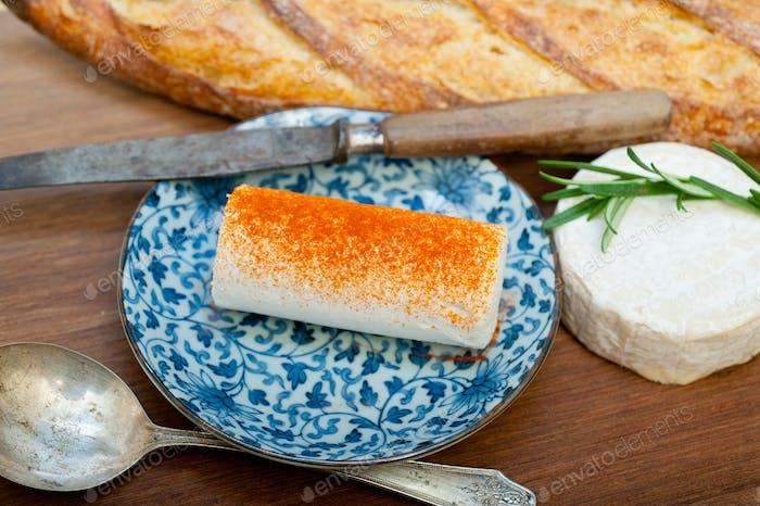 Französischer Käse und Baguette