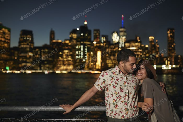 romantische paar mit manhattan skyline im hintergrund bei dämmerung