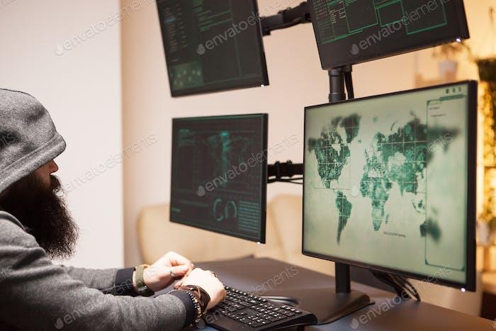 Internationaler Hacker trägt einen Hoodie während eines Cyberangriffs