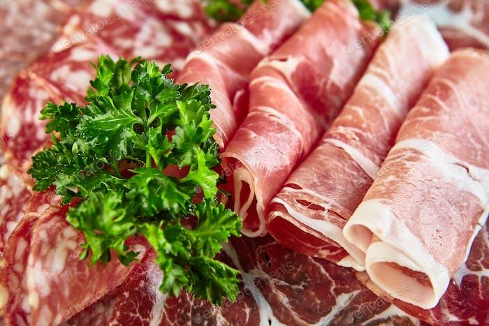 Teller mit verschiedenen Arten von geräucherten Würstchen, Salami und Fleisch
