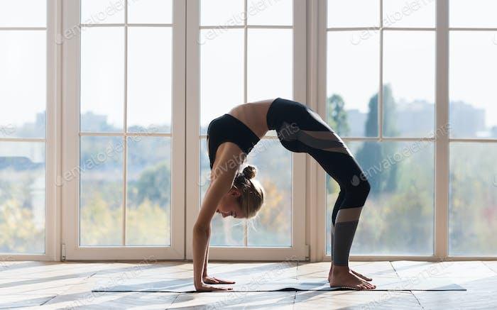 Flexible sportliche Mädchen Stretching bei Gymnastik Studio