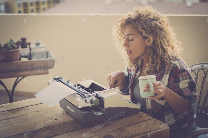Schöne Schriftstellerin Frau mit alten Schreibmaschine arbeiten