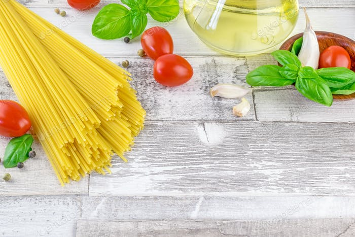Italienische Spaghetti Pasta und frische Zutaten