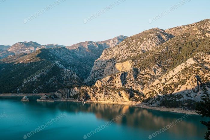 Herrlicher Blick auf Berge, Meer und Himmel