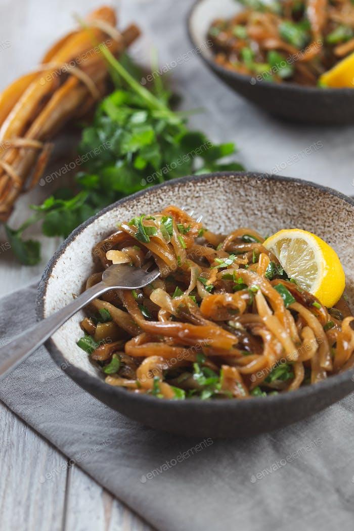Cochayuyo Spaghetti. Ceviche Salat fron Pazifik Algen Cochayuyo Schnitt uns Spaghetti.