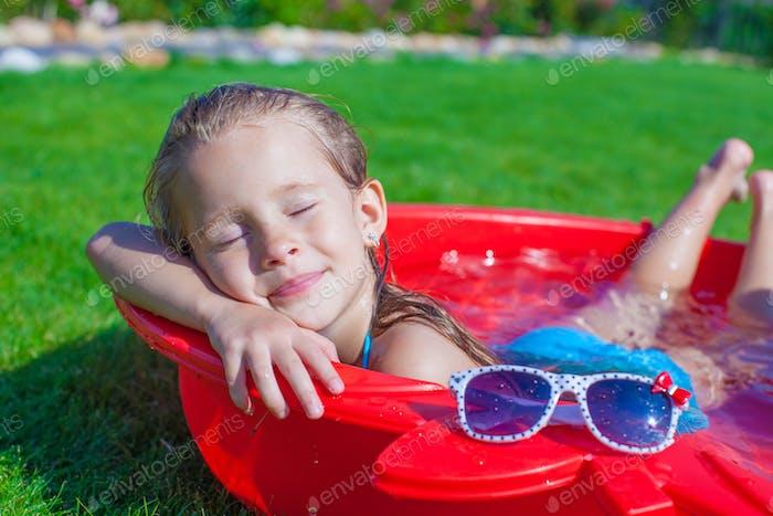 charmantes kleines Mädchen genießen Ihr Urlaub in den pool im freien