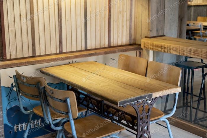 Рекультивированный деревянный и металлический винтажный стол и стулья в пабе.