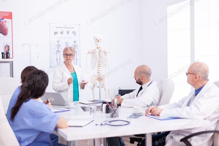 Científico médico haciendo demostración