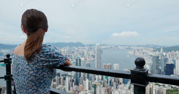 Tourist Frau Blick auf die Stadt in Hong Kong