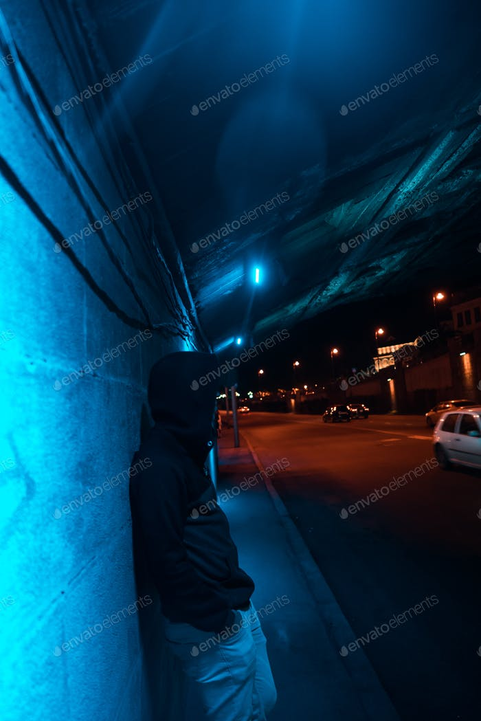 Hombre bajo el Puente