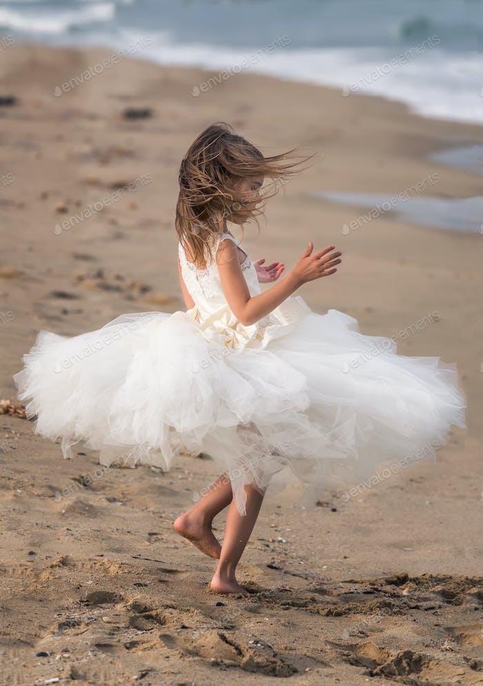 Mädchen an einem Sandstrand