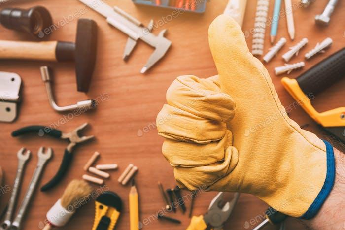 Maintenance Handwerker Gesturing Daumen Up Genehmigung Handschild oben