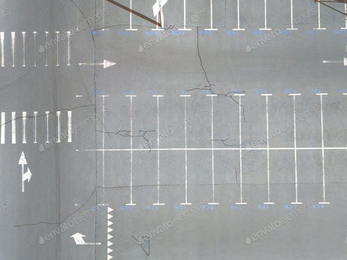 Luftaufnahme vieler leerer Parkplätze mit Markierungen Sommertag. Ansicht von oben