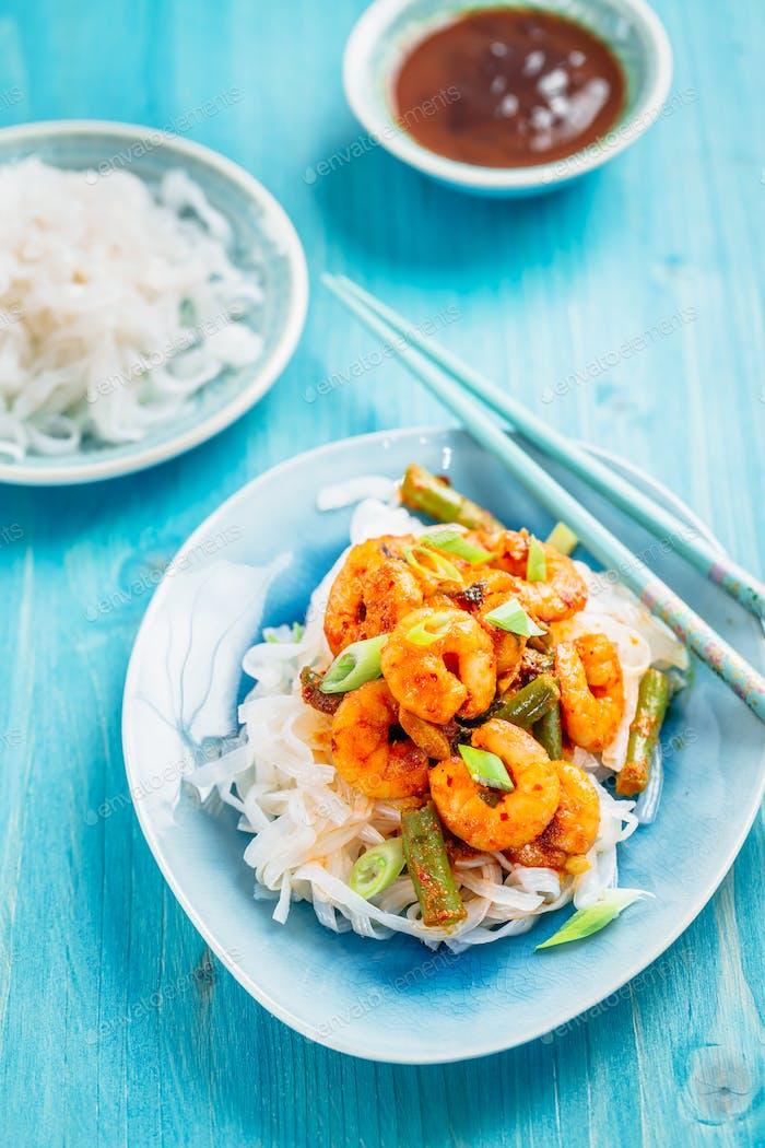 Shirataki (Konjak) Nudel mit Shrimps und Currysauce und Gemüse