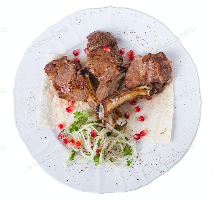 Köstliche Lammregale auf Pita.