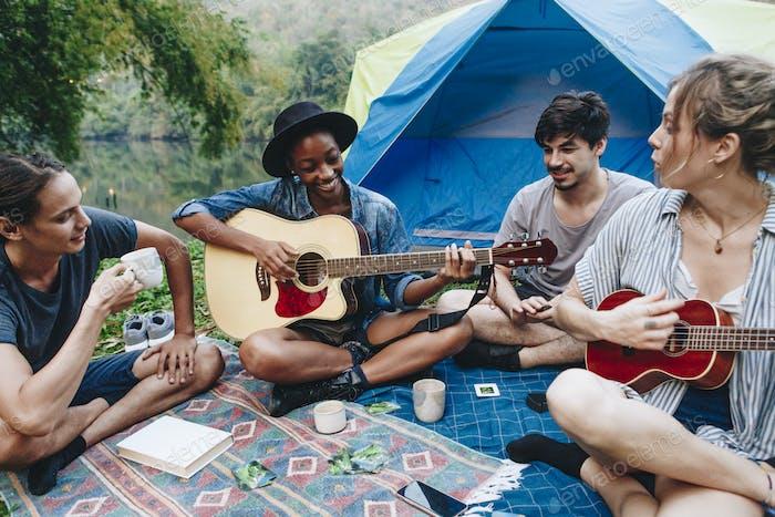 Gruppe junger erwachsener Freunde auf einem Campingplatz
