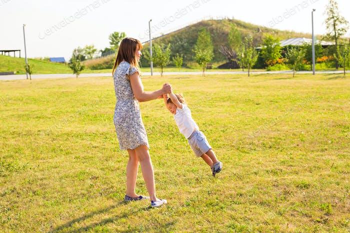 Mutter und Sohn spielen auf der Natur