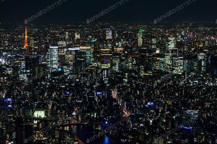 Luftaufnahme der Skyline der Stadt in der Nacht, Tokio, Japan.