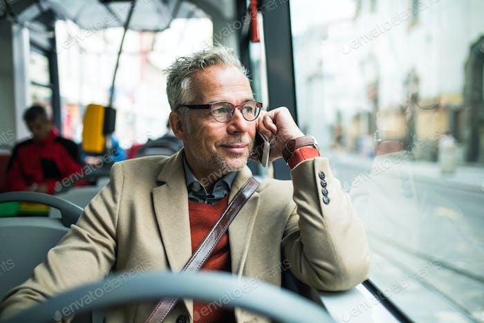 Hombre de  Empresario maduro cansado que viaja en autobús en la Ciudad.