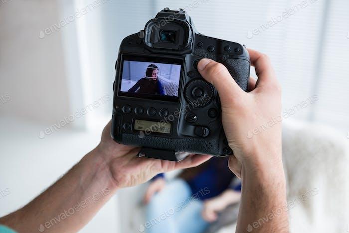Foto eines Modells in der Kamera