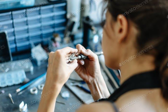 Das Mädchen ist im Schmuckgeschäft beschäftigt