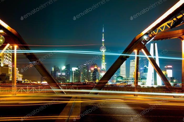 die Lichtwege auf dem modernen Gebäude